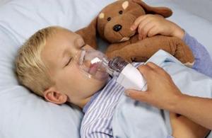 Ингаляции для лечения ребенка.