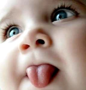 Почему грудничок высовывает язык?